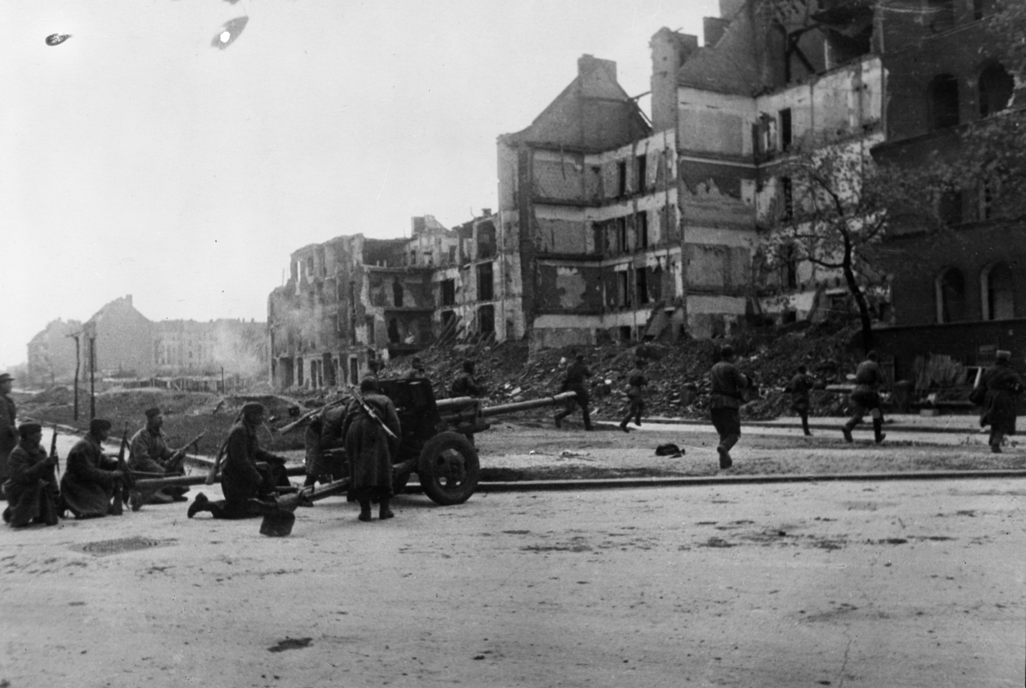 Бои в Берлине. Стремительными атаками и сразу с нескольких направлений штурмующие части Красной Армии рассекали группировку противника и уничтожали ее по частям. Дата съемки – май 1945 г. фотограф – Рюмкин.
