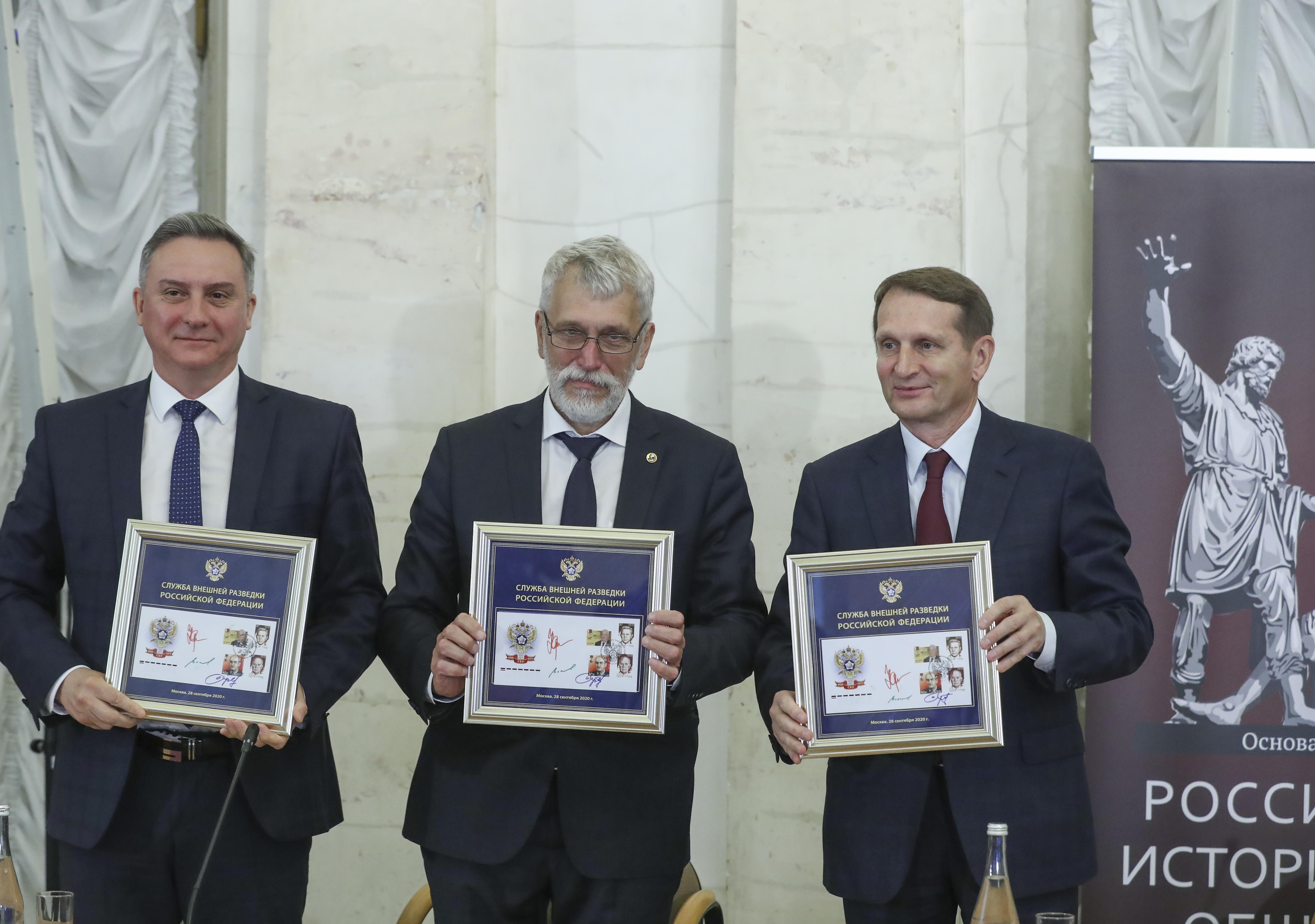 В рамках заседания также состоялась торжественная церемония гашения художественных почтовых марок, посвящённых столетию отечественной внешней разведки