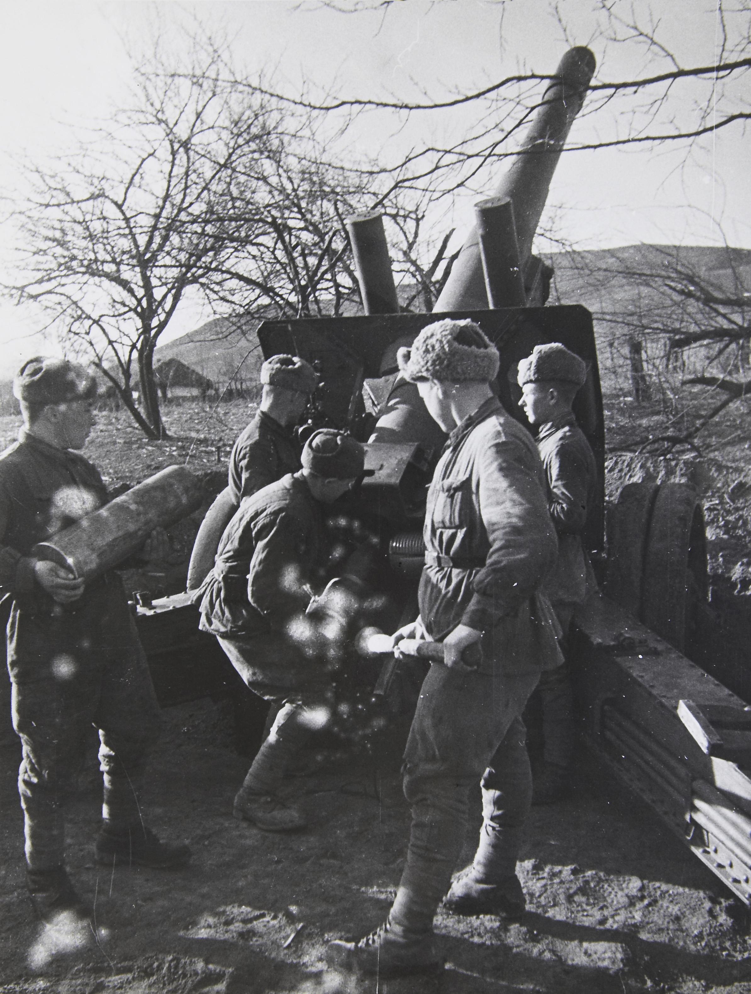 Артиллеристы ведут огонь из 152-мм гаубицы (мп-20) в ходе Берлинской операции.
