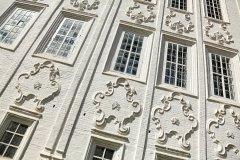 Знаменитые фигурные картуши на фасаде Входоиерусалимской церкви