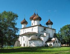 Христорождественский собор - древнейший храм города и старейшее в Каргополе каменное строение. Собор был заложен еще при юном Иване Грозном – в 1552 году и строился в течение десяти лет.