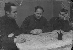 В центре - генерал-лейтенант И.В. Болдин