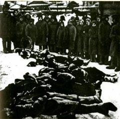 Жители освобожденной Калуги у тел убитых немцами горожан