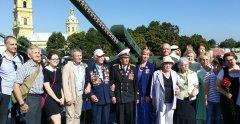 Группа потомков участников Таллинско-Кронштадтского прорыва после полуденного залпа на Петропавловской крепости