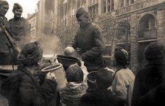Жители Берлина получают пищу на полевой кухне Красной армии. 1945 г. РГАСПИ. Ф. 71. Оп. 22. Д. 572.