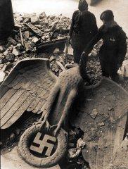 Поверженный имперский орел в Берлине. Май 1945 г. [Фотограф Е.А. Халдей]. РГАСПИ. Ф. 71. Оп. 22. Д. 572.