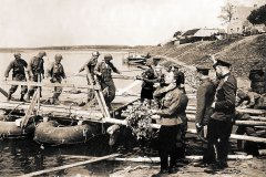 Встреча советских и американских солдат на р. Эльбе.  25 апреля 1945 г. РГАСПИ. Ф. М-10. Оп. 1. Д. 3851.