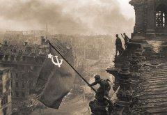 Знамя Победы над рейхстагом.  2 мая 1945 г. Фотограф Е.А. Халдей. РГАСПИ. Ф. 17. Оп. 132. Д. 295. Л. 12.