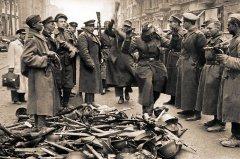 Немецкие солдаты сдаются в плен советским войскам в Берлине. Май 1945 г. [Фотограф М.С. Редькин]. РГАСПИ. Ф. 71. Оп. 22. Д. 572.